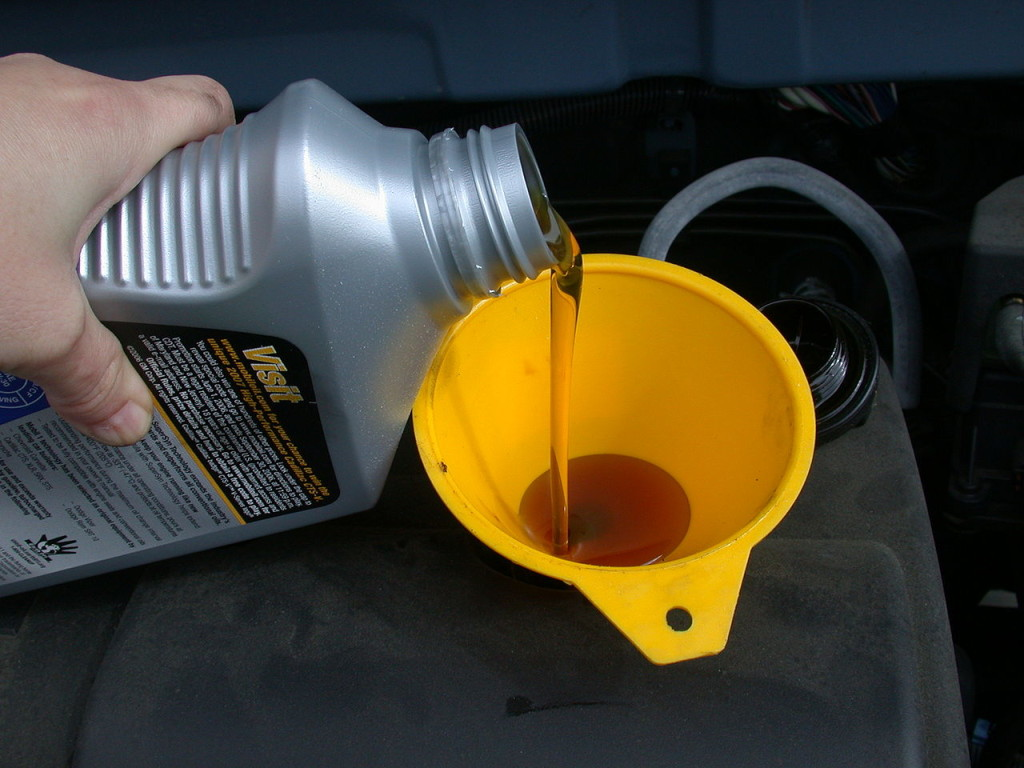1280px-Motor_oil_refill_with_funnel